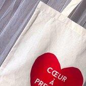 Ostara part à la recherche de l'amour ! 🕊  Découvrez notre tout nouveau tote bag «❤️ À PRENDRE», 100% personnalisé✨  Passez tous une bonne fin de journée et n'oubliez pas : répandez autant d'amour que vous le pouvez🥰